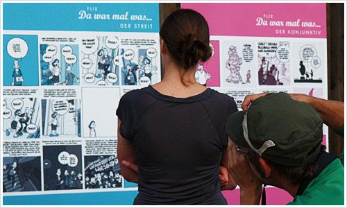 Besucher vor der Comicwand