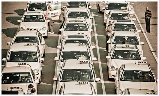 Warteschlange der Taxifahrer am Flughafen Tegel