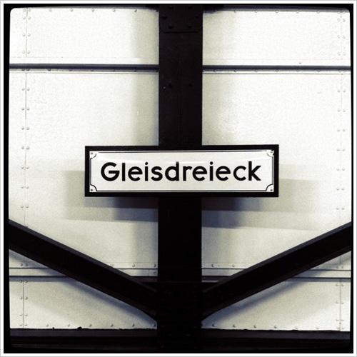 Bahnhofsschild am U-Bahnhof Gleisdreieck