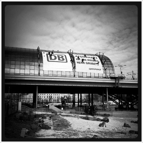 Dach des Berliner hauptbahnhofs mit Transparenten von Greenpeace