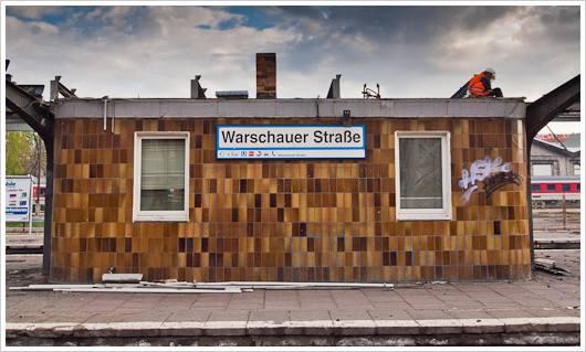 Häuschen auf dem Bahnhof Warschauer Strasse