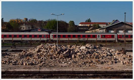Steinhaufen am Bahnhof Warschauer Strasse