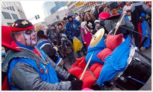 Ein Teilnehmer des Berliner Karnevals mit Kissen auf dem Schlagzeug