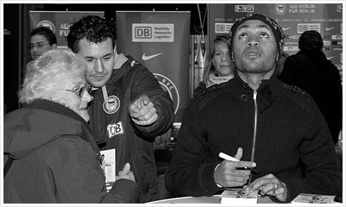 Der Spieler Raffael von Hertha BSC gibt Autogramme