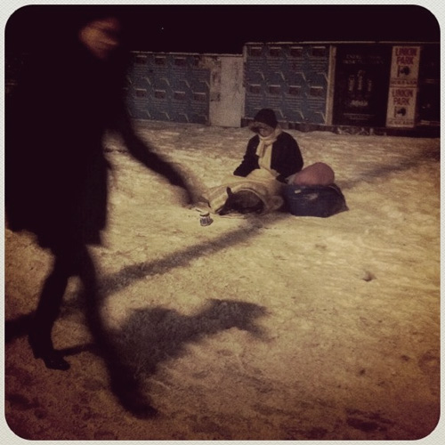 Obdachlose Frau im Schnee