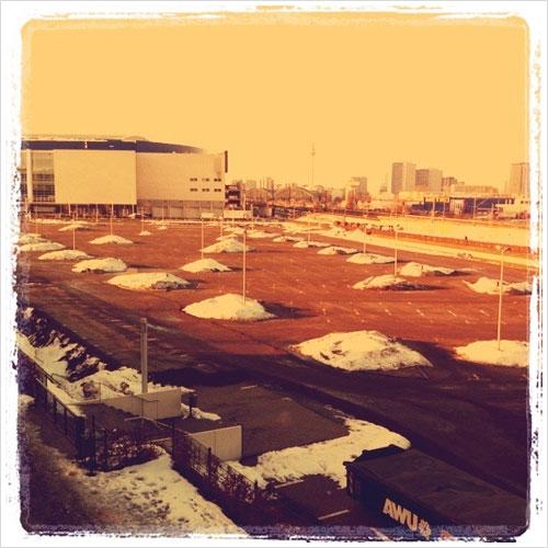 Schneehaufen auf einem Parkplatz