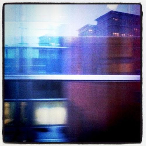Foto aus dem fahrenden Zug am Ostbahnhof