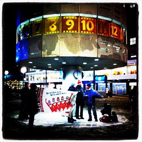 Menschen unter der Weltzeituhr am Alexanderplatz