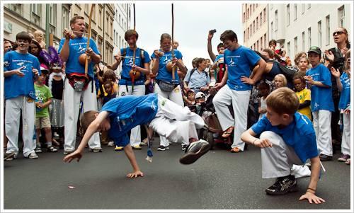 Vorführung einer Jugendgruppe zum Karneval der Kulturen