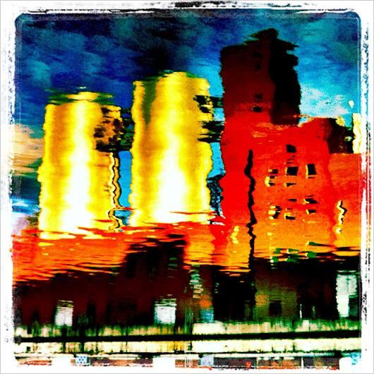 Kraftwerk spiegelt sich in einem Fluss