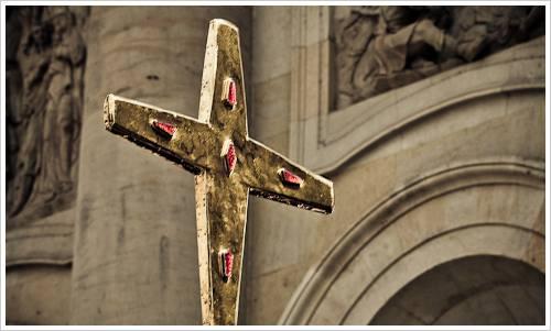 Ein Kreuz vor einer Kirche