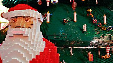 Der diesjährige Weihnachtsbaum - samt Weihnachtsmann - im Sonycenter ist aus Lego gebaut.