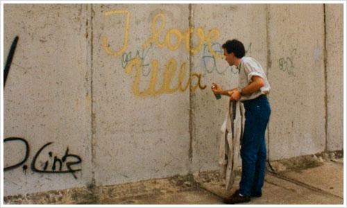 Mauer auf DDR Seite wird besprüht