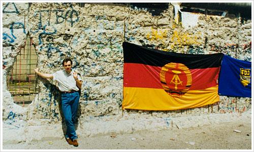 Die Mauer 1990 schwer durchlöchert