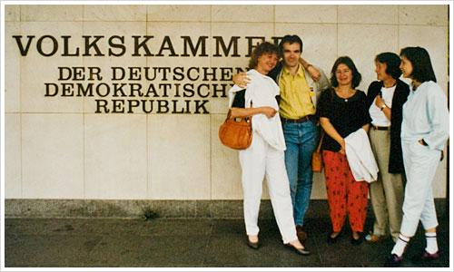 Eine Gruppe Personen vor der Volkskammer in 1990