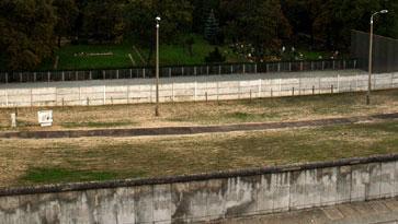 Blick von der Plattform auf die Mauer Gedenkstätte