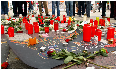 Trauerwache für Michael Jackson an der Weltzeituhr