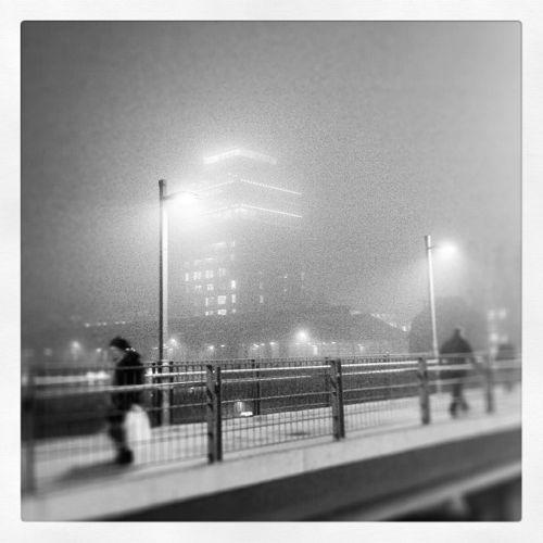 Berliner Architektur an der Warschauer Brücke im Nebel
