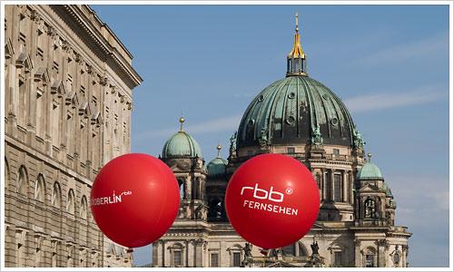 Schiff quert den Berliner Dom