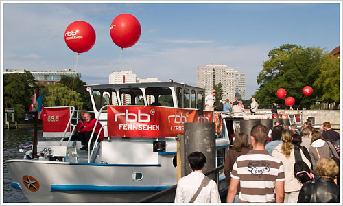 Entern des Schiffes an der Anlagestelle Jannowitzbrücke