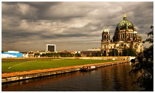Grüner Rollrasen an der Spree vor dem Berliner Dom