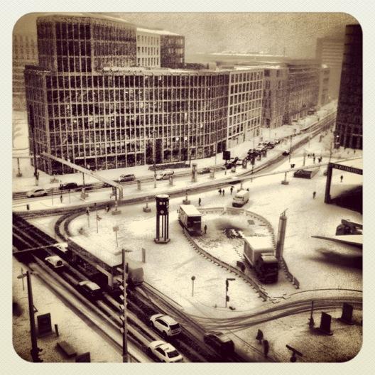 Blick auf den zugeschneiten Potsdamer Platz in Berlin