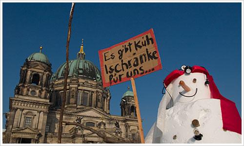 Schneemann mit Dom im Hintergrund