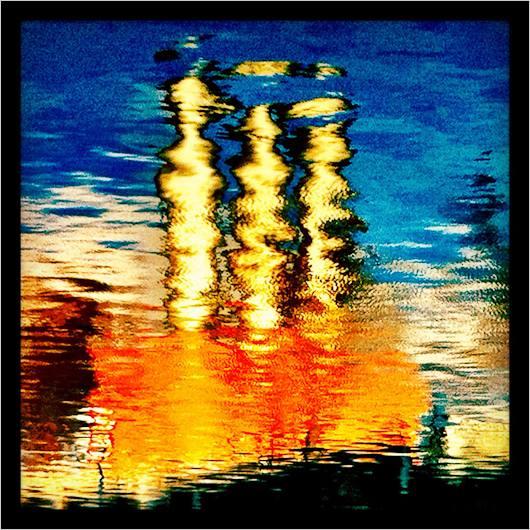 Schornsteine spiegel sich in einem Fluss
