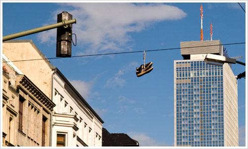 Sneakers in der Luft