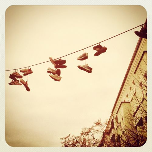 Schuhe hängen auf Stromleitung