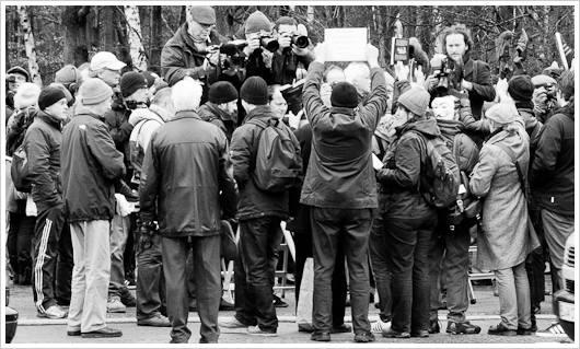 Demonstrationsteilnehmer vor der Presse