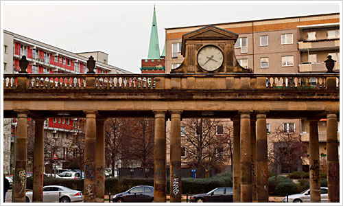 Säulengang mit Uhr an der Frankfurter Allee in Berlin