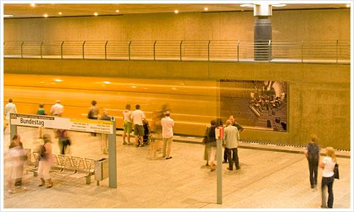 """Die U 55 bei der Einfahrt in den Bahnhof """"Brandenburger Tor"""""""