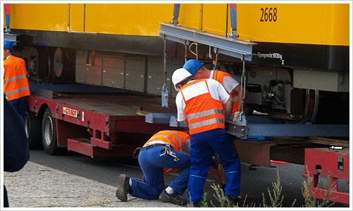 Die Träger werden an die U-Bahn montiert
