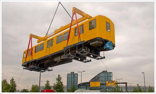 Der gelbe U-Bahn Wagen schwebt über dem Hauptbahnhof