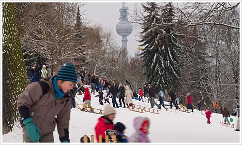 Wintertreiben im Friedrichshainer Volkspark, im Hintergund der Fernsehturm von Berlin