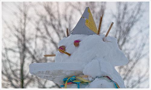 Ein Schneemann mit Faschingsutensilien