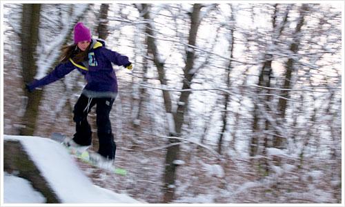 Eine Snowboarderin im Sprung