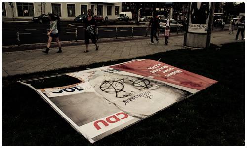 Umgeworfenes Wahlplakat der CDU