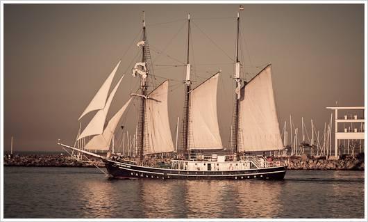 Segelschiff am neuen Strom in Warnemünde