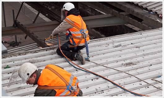 Schweißarbeiten auf dem Dach des Bahnhofs Warschauer Straße