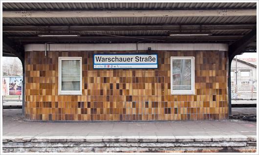 Bahnhofsschild des Bahnhofs Warschauer Straße