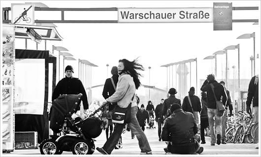 Belebte Szene am S-Bahnhof Warschauer Strasse