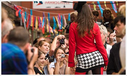Model auf dem Catwalk vor Kameras