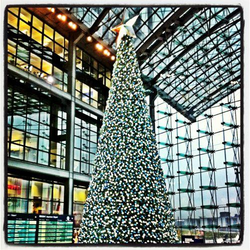 Weihnachtsbaum im Berliner Hauptbahnhof