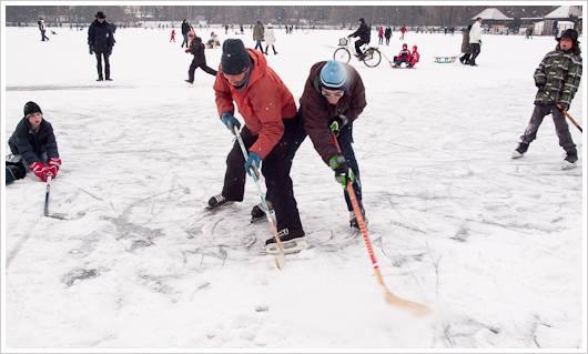 Eishockespieler auf dem Weissensee