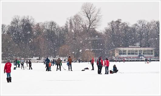 Menschen auf dem zugefrorenen Weissensee