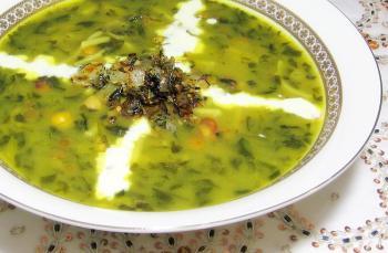 Aash - traditionelles Eintopfgericht mit Spinat, wird überall und immer gegessen.
